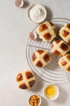 Пасхальные горячие булочки