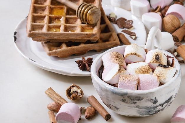 マシュマロとホットチョコレートのカップ