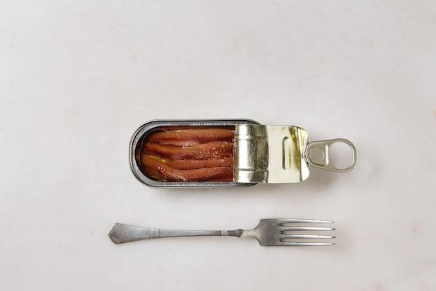 缶詰のアンチョビの缶詰