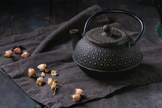 Черный чайник с сухими розами