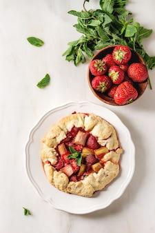 Бисквитный пирог с клубникой и ревенем