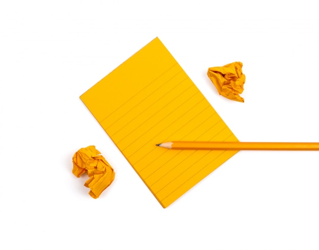 隣にオレンジ色のシーツが付いた縞模様のノート
