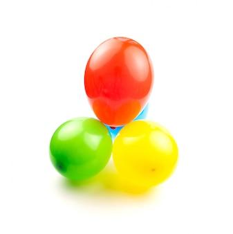 色付きの誕生日用風船は、あなたのテキストのためのスペースと白い背景に分離します。