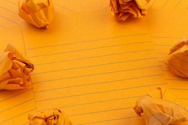 コンセプトオレンジ色のしわくちゃの紙のシート
