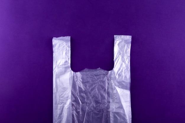 白い引き裂かれたプラスチックショッピング、パープルの食料品の袋