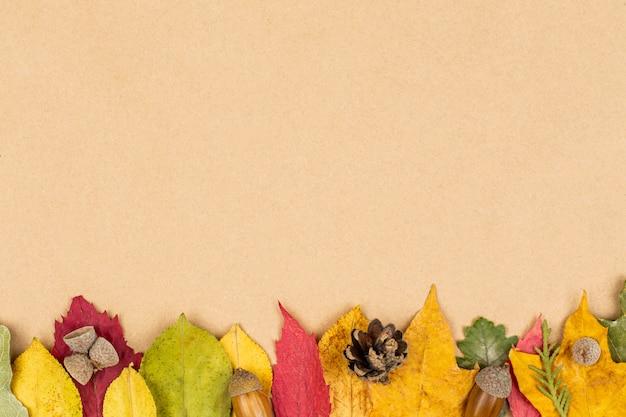 白地にカラフルな紅葉。秋のフレーム。フラット横たわっていた、トップビュー、コピースペース。