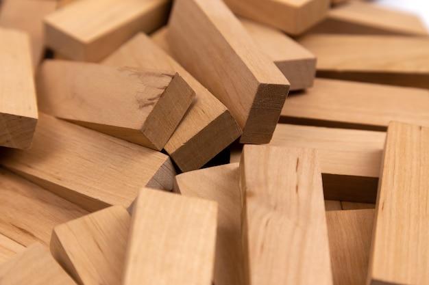 ランダムにある木製のブロックの山のテクスチャ。