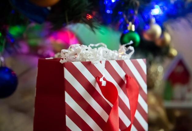 クリスマスの背景に赤と白のストライプギフトパケット