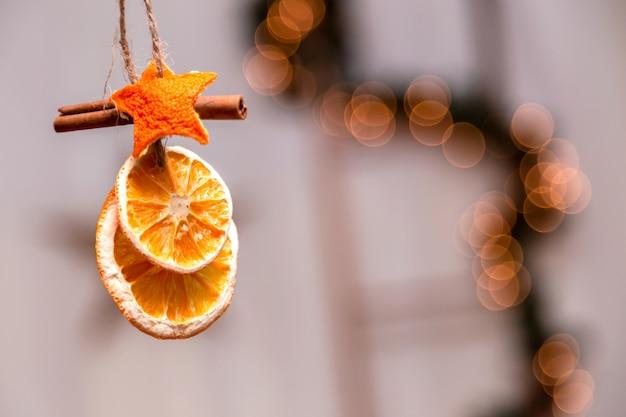 クリスマスツリーの枝からぶら下がっているクリスマス飾り