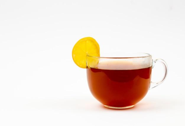 Чай в чашке с листьями мяты и лимона на белом фоне