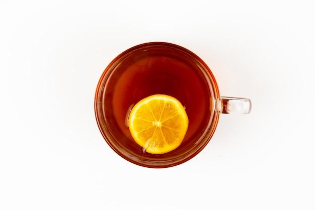 Вид сверху чай в чашке с листьев мяты и лимона на белом фоне