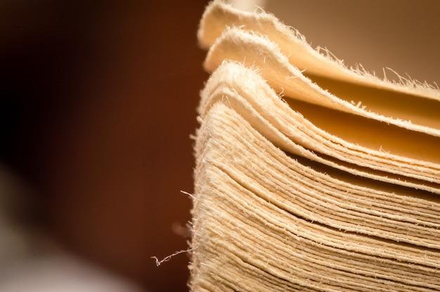 クローズアップマクロ古いヴィンテージのまだらにされた端は開いた本のページを撮影