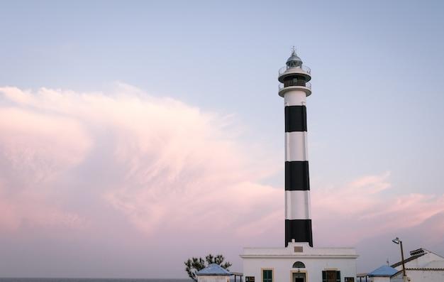昼光が夕暮れになり始めると、スペインのメノルカ島の日没時に、