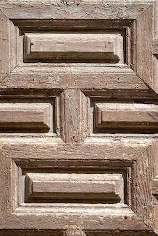 古いパネル張りの木製のドア。さびた風化した。