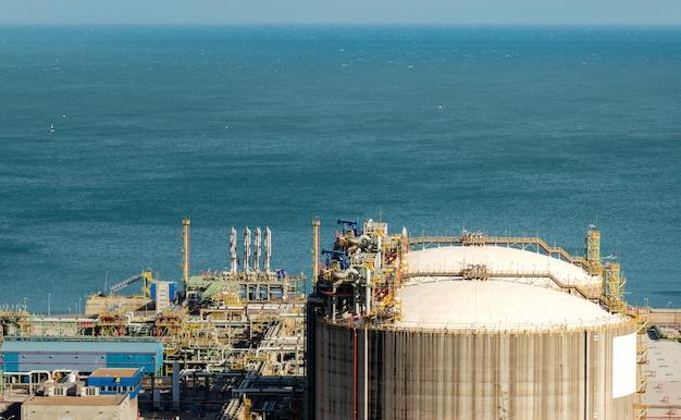 Бак природного газа в нефтехимической промышленности в дневное время, хихон, астурия, испания.