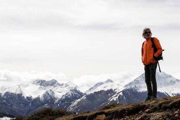 Человек делает походы по холму с травами. зимний поход. астурия, испания, европа