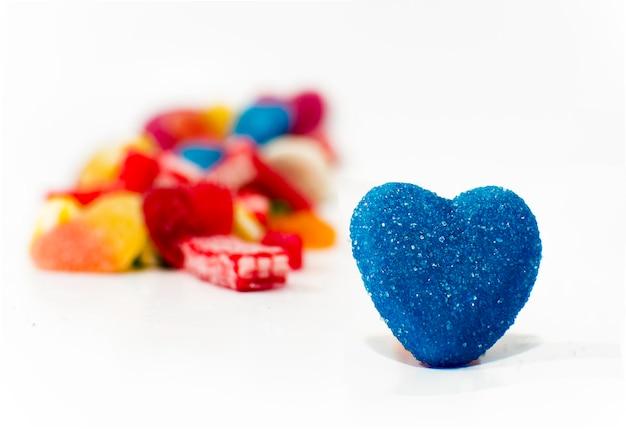 キャンディバレンタインハート。白い背景上に分離されて混合のカラフルなキャンディー。閉じる。