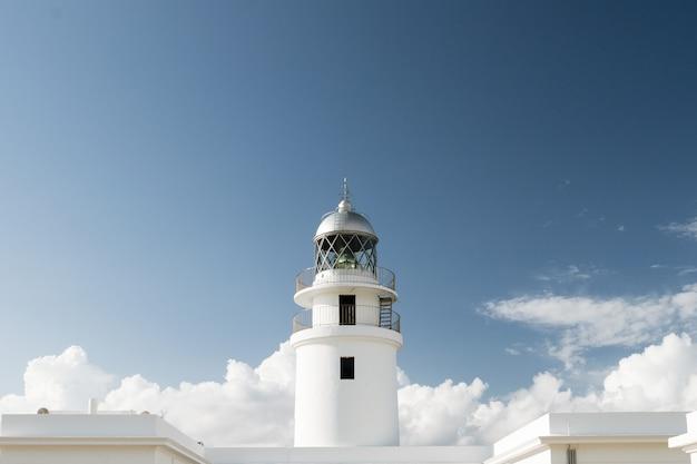 キャップカヴァレラ、メノルカ島、バレアレス諸島、スペインの晴れた日の伝統的な白い光の家。