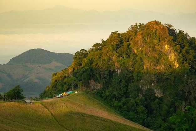 Кемпинг на вершине горы в отпуске