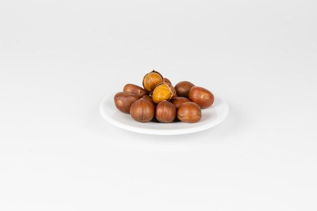 Каштаны осенняя еда в тарелке