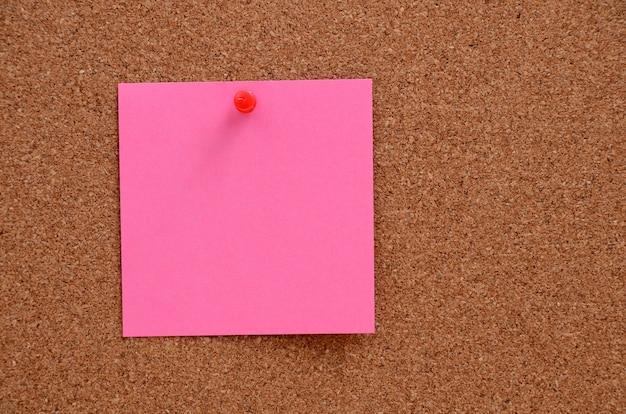 コルクボードに固定された空白のメモ