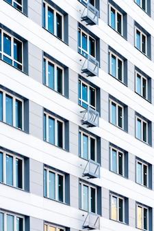 新しい白い高層高層住宅
