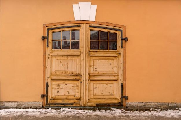 倉庫への大きな木製の門