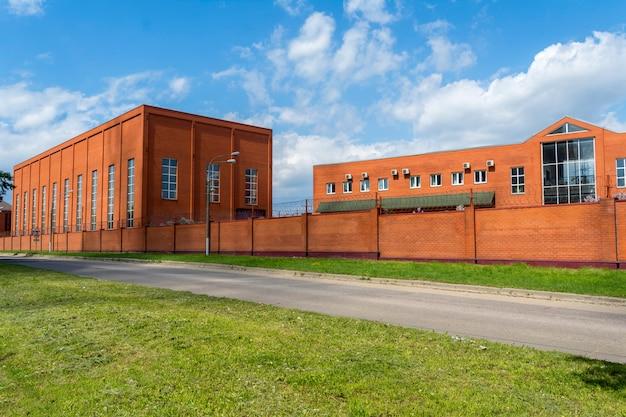Промышленное здание с офисным зданием.