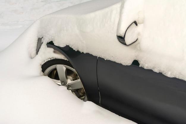 雪で覆われた車