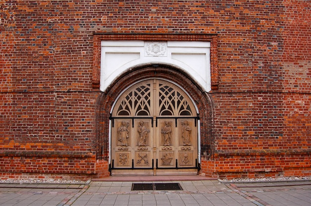 Большие ворота в кирпичной церкви в литве