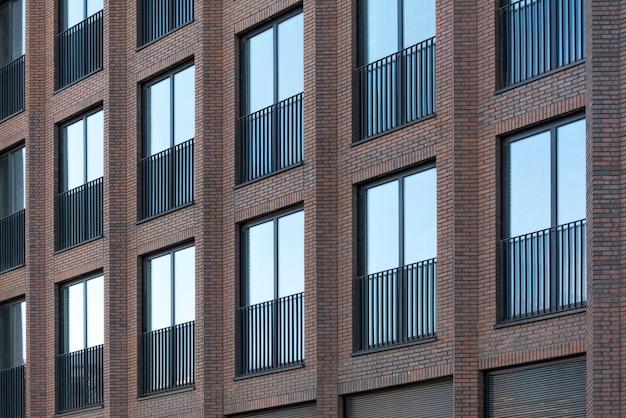 大きな窓がある赤レンガ造りのロフトの建物。