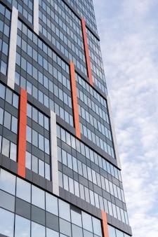 Современное большое офисное здание с зеркальными окнами