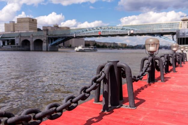 Вид на москву-реку. речной корабль и мост.