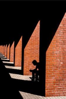 ロフトのベンチに座っている男のシルエット