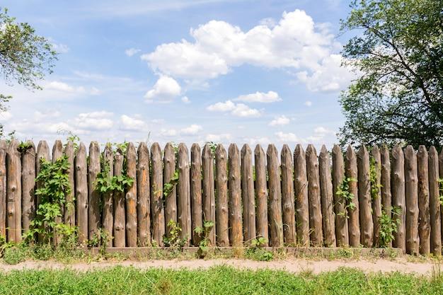 丸太の古いフェンス。