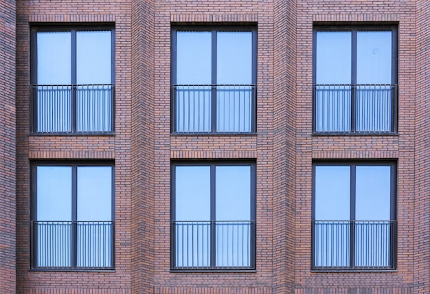 ロフトスタイルの住宅。赤レンガの壁にある大きな窓。