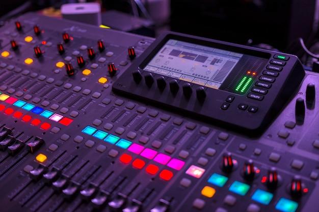 コンサート中にコンソールを実行するサウンドエンジニアリング。中央部に焦点を当てます。