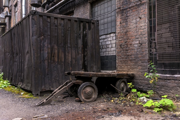 工場で使用する古い金属トラック。工場内の庭。