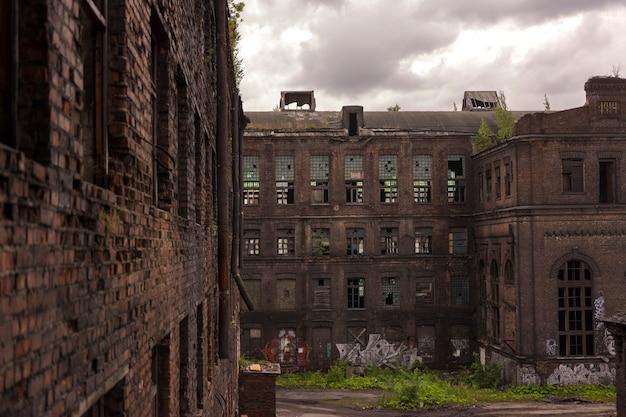 古い工場の建物の眺め。古いロフトスタイルの建物