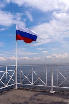手を振る旗竿にロシア国旗