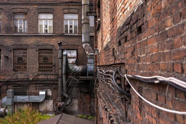 古い工場の中庭