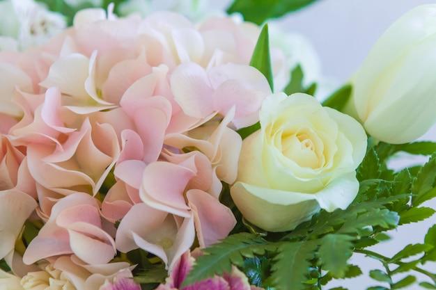 結婚式の花、ブライダルブーケのクローズアップ。バラと装飾的な植物から成っている装飾クローズアップ