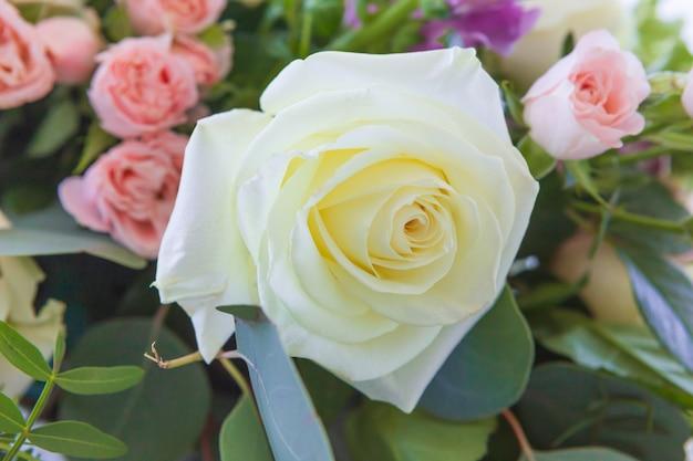 閉じる。結婚式の花、ブライダルブーケのクローズアップ。バラと装飾的な植物で作られた装飾。