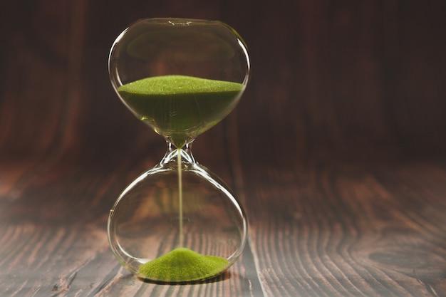 木の板に砂時計。