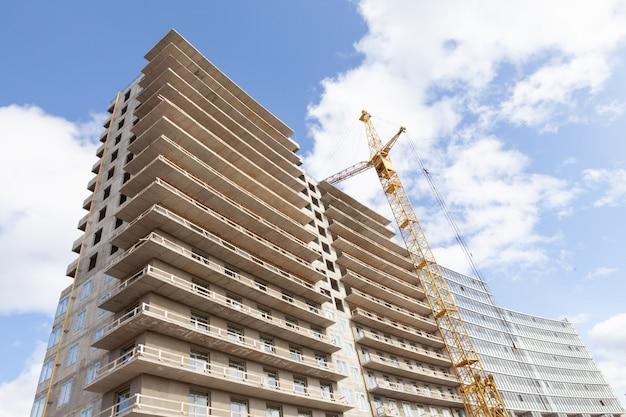 コンクリートと金属、近代技術、青空を背景に高層ビルの家。