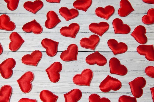 木製の背景、愛と忠誠心の概念に赤いハート