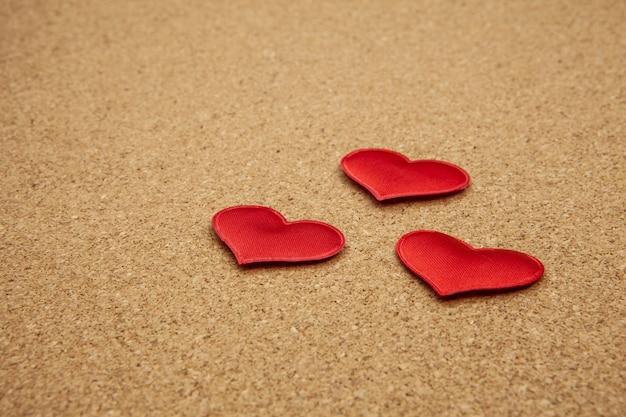 コルクボード、強い愛の概念に赤いハート