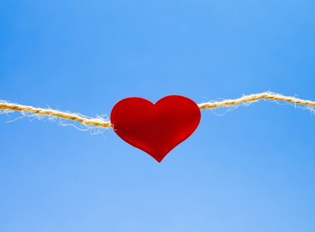 水色の背景、永遠の愛の概念に赤いハート