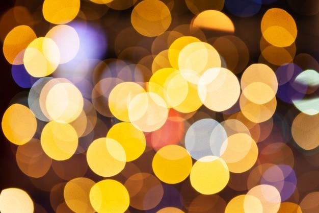 赤と黄色のキラキラライト背景デフォーカス、クローズアップ。