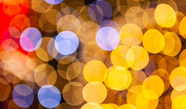 黄色、青、赤のぼやけたライトの背景